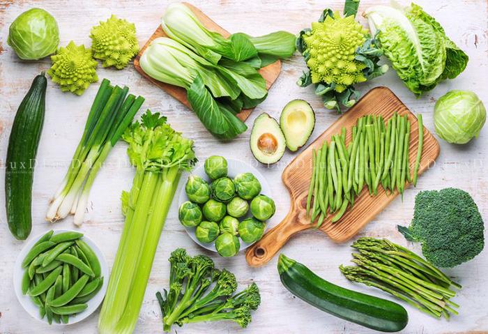 Rau xanh có chứa nhiều thành phần hoạt chất thực vật, đặc biệt là diệp lục có thể loại bỏ các gốc oxy hóa, ngăn cản quá trình viêm, tạo u…